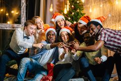 Gruppo felice di amici che toccano i glases a vicenda fotografie stock
