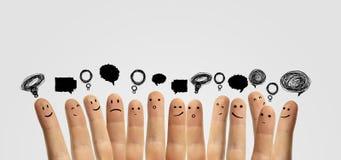 Gruppo felice di barretta con il segno sociale di chiacchierata fotografie stock libere da diritti