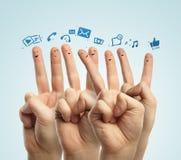 Gruppo felice di barretta con il segno sociale di chiacchierata immagini stock libere da diritti