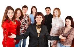 Gruppo felice di giovani con l'anziano. Fotografia Stock