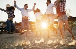 Gruppo felice di giovani divertendosi alla spiaggia Immagini Stock