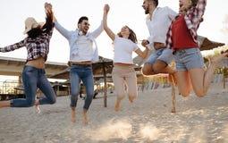 Gruppo felice di giovani divertendosi alla spiaggia Fotografie Stock Libere da Diritti