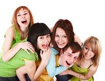 Gruppo felice di giovani nel verde. immagine stock