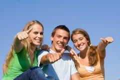Gruppo felice di pollici di anni dell'adolescenza in su Fotografia Stock Libera da Diritti