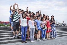 Gruppo felice di turisti al boulevard di Bund, Shanghai, Cina Fotografie Stock Libere da Diritti