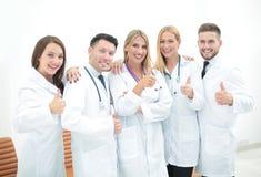 Gruppo felice e sicuro di medici che posano sulla macchina fotografica Fotografia Stock Libera da Diritti