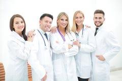 Gruppo felice e sicuro di medici che posano sulla macchina fotografica Immagine Stock Libera da Diritti