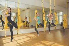 Gruppo femminile che fa yoga ed allungamento Immagine Stock Libera da Diritti