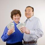 Gruppo fortunato e ricco della holding delle coppie di anni '20 Fotografie Stock Libere da Diritti