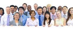 Gruppo grande di gente di affari che tiene bordo Fotografia Stock
