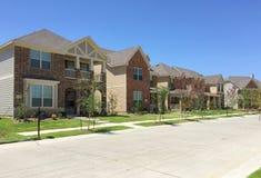 Gruppo grazioso di nuove case in suburbano Fotografie Stock Libere da Diritti