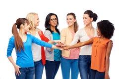 Gruppo internazionale di donne con le mani insieme immagine stock libera da diritti