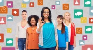 Gruppo internazionale di donne felici che mostrano okay Fotografia Stock