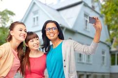 Gruppo internazionale di donne felici che prendono selfie Fotografia Stock Libera da Diritti