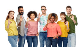 Gruppo internazionale di gente felice che mostra okay Fotografie Stock Libere da Diritti