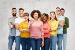 Gruppo internazionale di gente felice che mostra okay Fotografie Stock