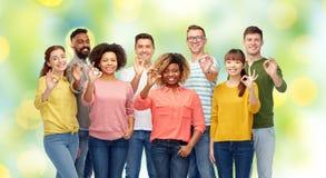 Gruppo internazionale di gente felice che mostra okay Fotografia Stock