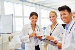 Gruppo interrazziale di medici a facoltà di medicina Immagine Stock