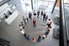 Gruppo lavorante con il responsabile nel centro del cerchio Fotografie Stock