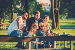 gruppo Multi-etnico di amici che prendono un selfie con il cellulare Fotografia Stock Libera da Diritti