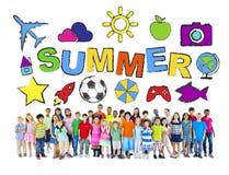 Gruppo Multi-etnico di bambini con i concetti di estate fotografie stock