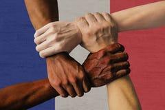 Gruppo multiculturale della bandiera della Francia di diversità di integrazione dei giovani immagini stock libere da diritti