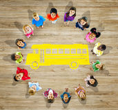 Gruppo multietnico di bambini con di nuovo al concetto della scuola Fotografie Stock