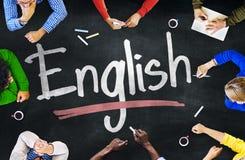 Gruppo multietnico di bambini e di concetto inglese