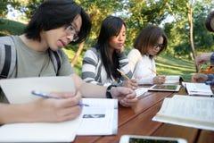 Gruppo multietnico di giovani concentrati Immagine Stock