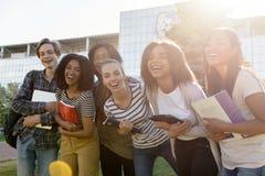 Gruppo multietnico di giovani studenti allegri che stanno all'aperto Fotografia Stock