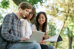 Gruppo multietnico di studenti concentrati giovani Immagine Stock Libera da Diritti