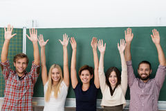 Gruppo multietnico emozionante di studenti Fotografia Stock