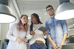 Gruppo multinazionale degli studenti della scuola di commercio Immagine Stock
