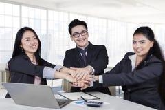 Gruppo multirazziale di affari che mostra unità Immagini Stock