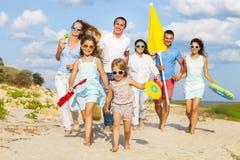 Gruppo multirazziale di amici che camminano alla spiaggia Immagini Stock