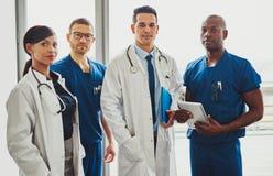 Gruppo multirazziale di medici in un ospedale Immagine Stock