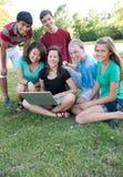 gruppo Muti-etnico di anni dell'adolescenza all'esterno Fotografia Stock
