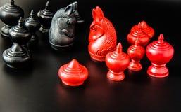 Gruppo nero e rosso di sfida tailandese del pezzo degli scacchi su fondo nero e sul fuoco selettivo Immagini Stock