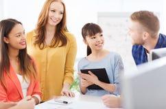 Gruppo o studenti creativi felici che lavora all'ufficio Immagini Stock