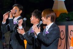 Gruppo permanente di vocals del pesce alla torre di Tokyo Immagine Stock