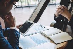Gruppo professionale del socio commerciale che discute sulla riunione a di progetto di lavoro di investimento di pianificazione d immagine stock