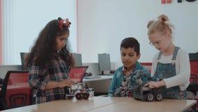 Gruppo razziale misto di bambini creativi che lavorano al progetto di tecnologia alla scuola Il ragazzo e le ragazze dello studen video d archivio
