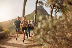 Gruppo risoluto di giovani che corrono nella città Fotografia Stock