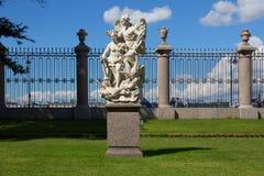 Gruppo scultoreo nel giardino di estate in San Pietroburgo Fotografie Stock