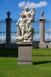 Gruppo scultoreo nel giardino di estate in San Pietroburgo Immagine Stock Libera da Diritti
