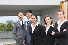 Gruppo sicuro di affari che sta insieme all'aperto Fotografia Stock