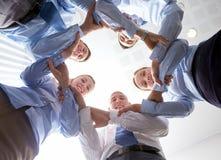 Gruppo sorridente di persone di affari che stanno nel cerchio Immagine Stock Libera da Diritti