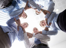 Gruppo sorridente di persone di affari che stanno nel cerchio Fotografia Stock Libera da Diritti