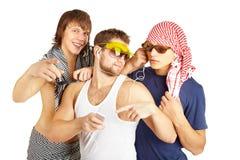 Gruppo sorridente felice in vestiti della spiaggia Fotografia Stock