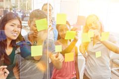 Gruppo Start-up creativamente che confronta le idee Immagine Stock Libera da Diritti